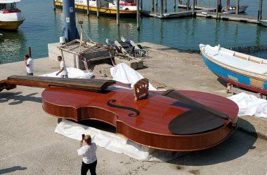 The violin boat of Venice